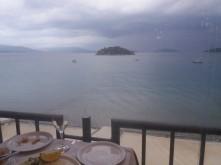 Zicht op zee vanaf Maria's Restaurant