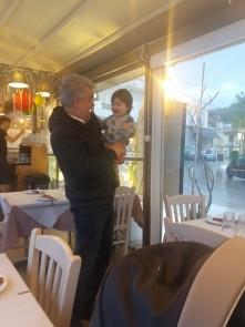 Aris en de uitbater van Maria's Restaurant